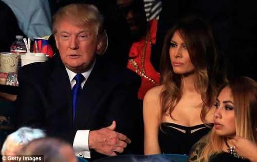 Tỷ phú Donald Trump và phu nhân xinh đẹp Melania ở hàng ghế VIP tại võ đài MGM Grand (Ảnh: Getty)