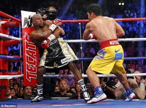 Pacquiao có vẻ muốn hạ knock-out đối thủ khi tiếp tục tấn công dồn dập