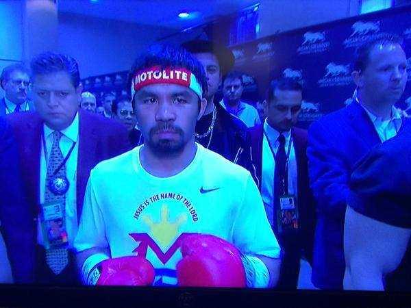 Pacquiao từ đường hầm tiến ra sàn đấu. Ảnh: The Quardian