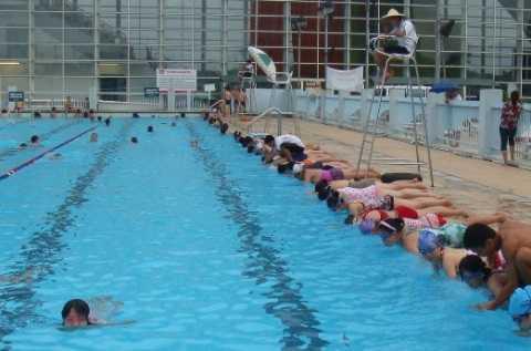 Các Huấn luận viên đang hướng dẫn học viên tham gia học bơi tại Cung Thể thao dưới nước.