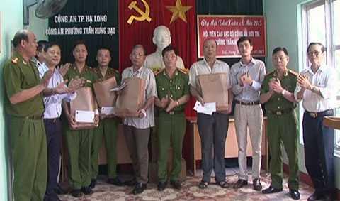 Lãnh đạo Công an thành phố Hạ Long khen thưởng cho 4 cá nhân dũng cảm trấn áp tội phạm