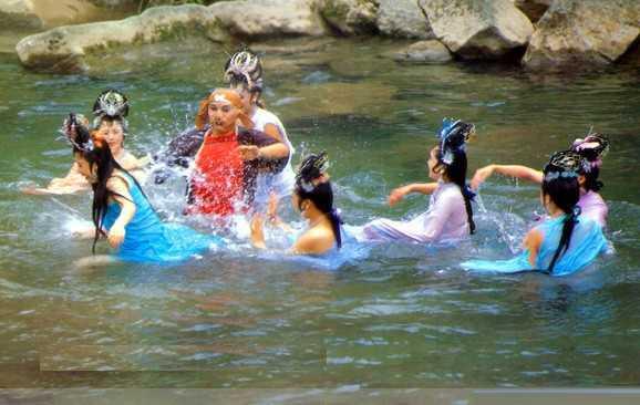 Tây du ký bản 1986: Ở tập phim Rơi nhầm vào động bàn tơ, cảnh quay bảy nàng Nhền nhện tinh tắm suối bị Trư Bát Giới phá ngang cho đến giờ vẫn khiến đoàn làm phim ngượng đỏ mặt.