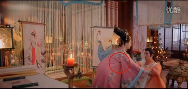 Trong cảnh Lý Trị (Lý Trị Đình) quỳ xuống khẩn cầu Dương Thục Phi cứu Võ              Mị Nương ra khỏi lao ngục, tay áo đằng sau của Dương Thục Phi đã bị              rách một lỗ nhỏ.
