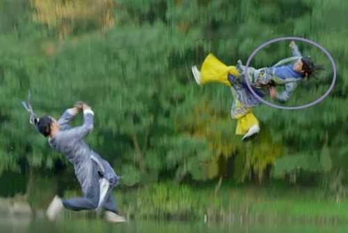 Tân thần điêu đại hiệp: Lý Mạc Sầu (Trương Hinh Dư) và Lục              Triển Nguyên (Trần Tường) rơi từ vách núi. Cảnh Lý Mạc Sầu rơi dễ dàng              bị phát hiện do một nam diễn viên đóng thế.