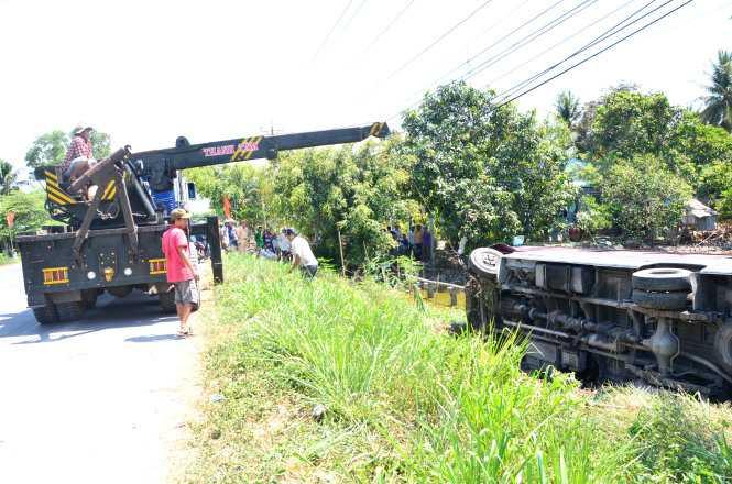 Lực lượng cứu hộ đang đưa xe khách lên đường