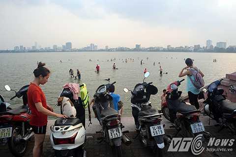 Bến nước nằm cách Công viên nước Hồ Tây khoảng 2km, men dọc theo con đường ven hồ gần đầm sen hoặc đi theo đường Quảng Khánh (gần bãi đất trống phủ Tây Hồ)
