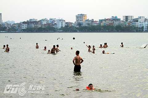 Cứ vào khoảng từ 4 giờ tới 6 giờ chiều là lại có hàng trăm lượt người xuống bến nước này để tắm. Đây được xem là 'bãi biển' giữa lòng Hà Nội mỗi khi hè về.