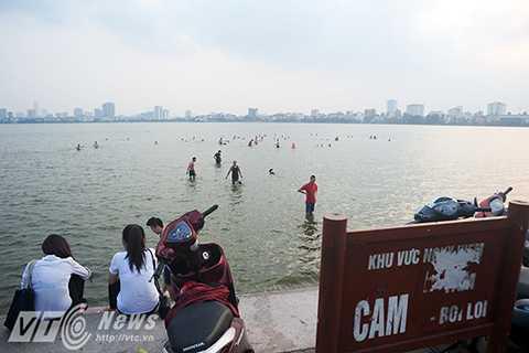 Mặc dù UBND Phường Quảng An và BQL Hồ Tây đã cắm một số tấm biển báo với nội dung Cấm tắm, cấm bơi lội tại khu vực này nhưng trong những ngày hè oi ả, lượng người đổ về bãi tắm này ngày một đông hơn.