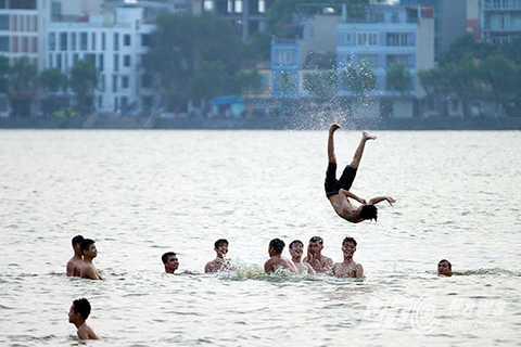 Bãi tắm này thu hút nhiều người dân, đặc biệt là giới trẻ đến vùng vẫy tắm mát mỗi mùa nắng nóng.