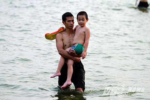 Có không ít những em nhỏ được cha mẹ cho học bơi tại bãi tắm này.