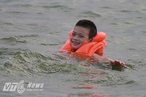 Trước khi xuống bơi các em đều được mặc áo phao để tránh đuối nước