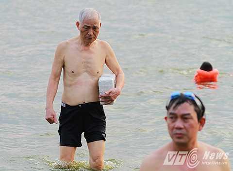 Người lớn khi đi bơi cũng mang theo những phao bơi tự chế…