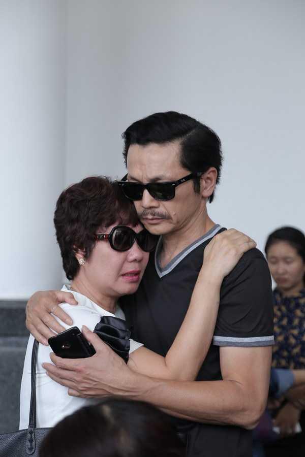 NSƯT Thu Hà không giấu được xúc động, ôm nghệ sĩ Trung Anh òa khóc.