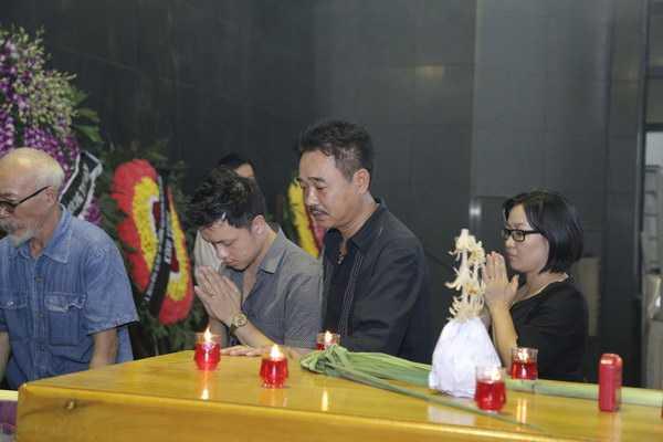 Diễn viên Quốc Khánh, một người em cùng nhà hát đến viếng NSƯT Anh Dũng