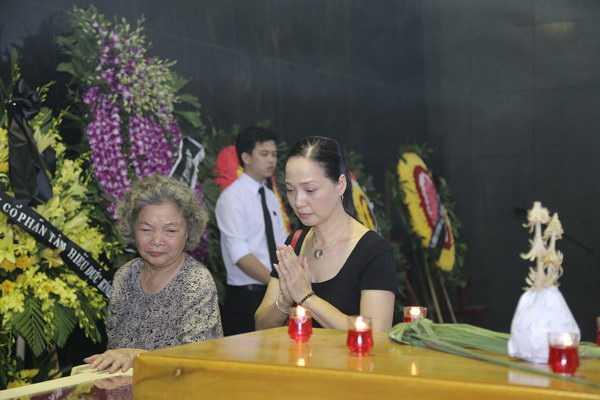 NSND Lê Khanh đi cùng mẹ NSƯT Lê Mai tới viếng NSƯT Anh Dũng