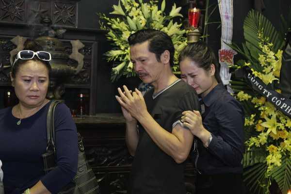 NSƯT Trung Anh và diễn viên Thân Thanh Giang, diễn viên Nhà hát kịch Việt Nam khóc thương NSƯT Anh Dũng