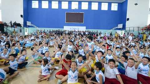 Các em nhỏ hào hứng tham gia buổi khởi động