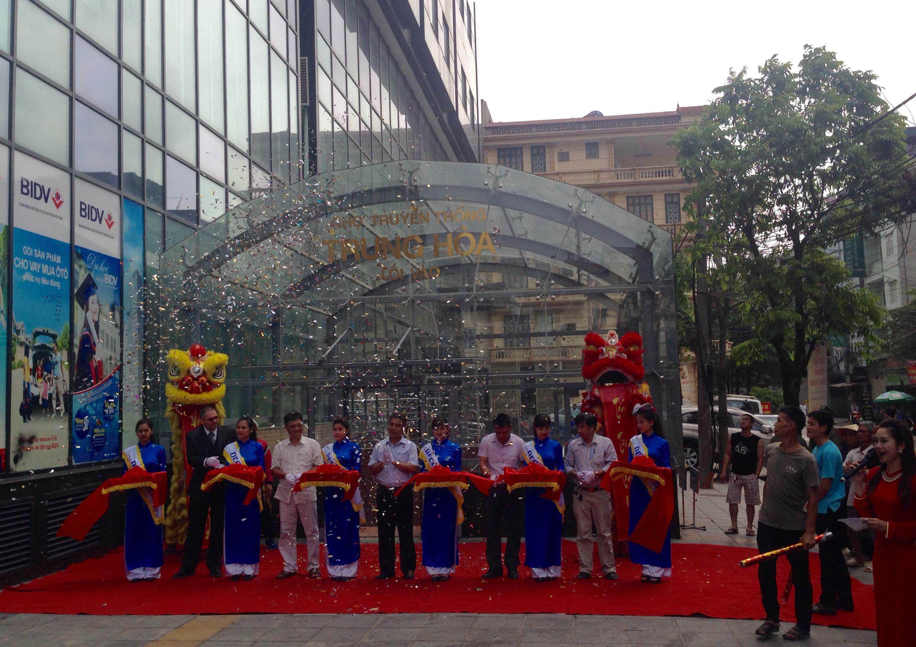 Lễ khai trương chợ Trung Hoà