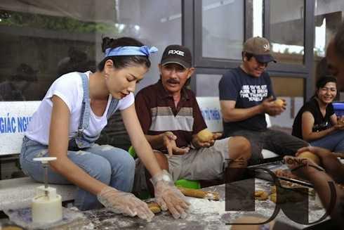 Một trong nhiều lần Trang Trần đi làm từ thiện.