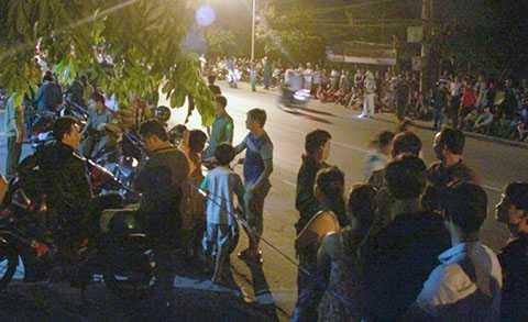 Rất đông người dân đã tập trung đến tận khuya để theo dõi việc khám nghiệm hiện trường vụ án - Ảnh: Xuân An