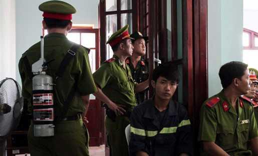 Thiết bị chống độc cũng được lực lượng an ninh đưa vào bảo vệ trong phiên tòa.