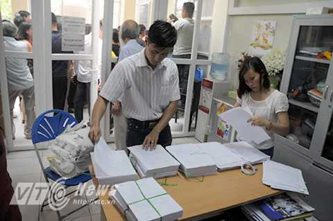 1.600 bộ hồ sơ dự tuyển được kiểm tra trước khi đem phát ra.