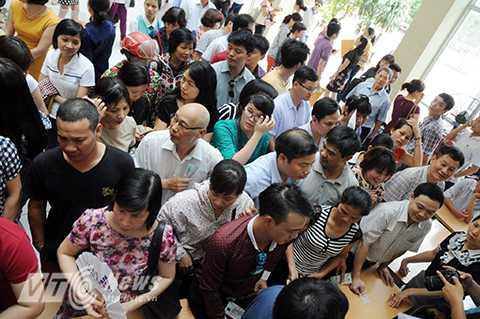 Do lượng người xếp hàng chờ mua quá đông nên đã xảy ra tình trạng chen lấn, xô đẩy