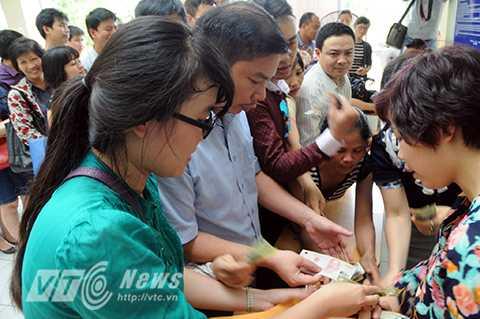 Ngay trong buổi sáng ngày 5/5, 1.600 bộ hồ sơ dự tuyển vào trường Lương Thế Vinh đã được bán hết.