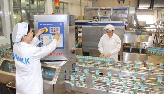 Dây chuyền sản xuất sữa hộp của Công ty CP Sữa Việt Nam.