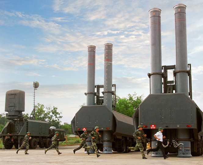 Một buổi tập luyện của cán bộ chiến sĩ lữ đoàn 681 với dàn tên lửa hiện đại  - Ảnh: Trọng Thiết