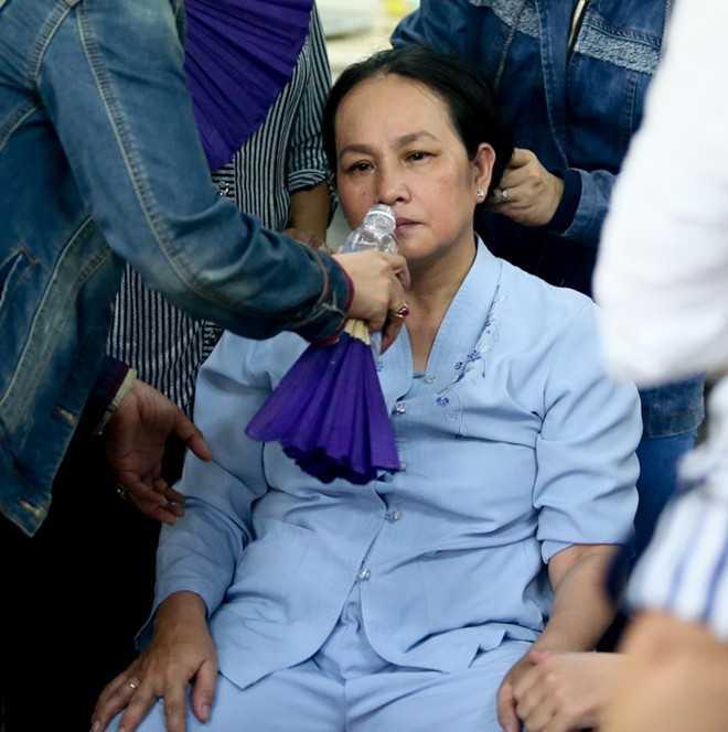 Những người thân ở bên cạnh động viên bà vượt qua cú sốc.