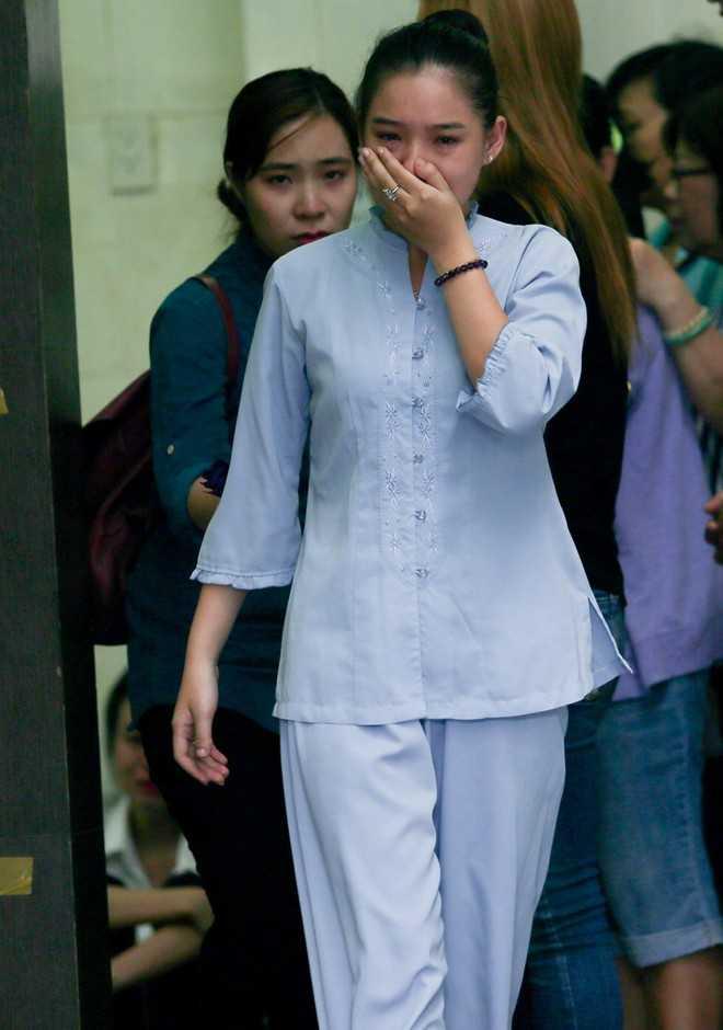 Trước đó, Kiều Oanh liên tụcôm mặt khóc. Dù chuẩn bị tâm lý nhiều ngày nay nhưng cô không muốn chấp nhận sự thật đau thương này.