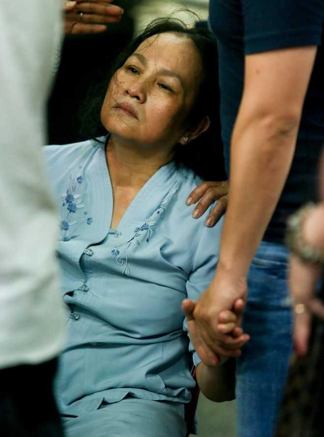 Mẹ Duy Nhân sốc trước tin con trai mất. Nhiều ngày nay, bà hoảng loạn tinh thần, không ăn không ngủ. Thậm chí, bà ăn gì nôn nấy, các bác sĩ phải cho uống thuốc ngủ để dưỡng sức.