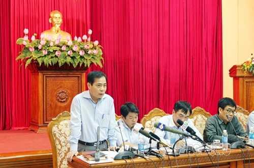 Ông Hoàng Thế Trung (đứng) trong một lần trả lời báo chí năm 2014 (Ảnh: LĐO)