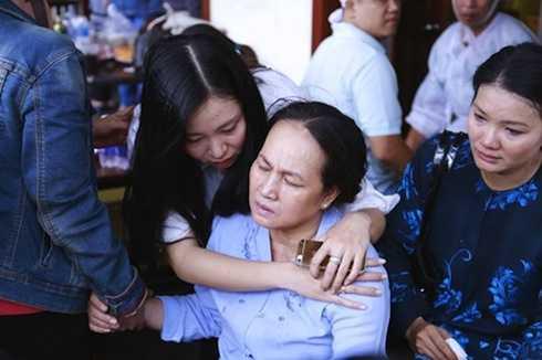 Mẹ Duy Nhân khóc hết nước mắt trước sự ra đi còn quá trẻ của con trai.