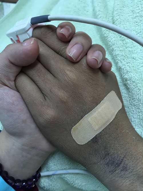 Bức ảnh về cái nắm tay sau cuối của vợ Duy Nhân khiến nhiều người không cầm được nước mắt.