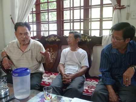 Người dân làng Nghi An phản ánh sự việc với phóng viên.