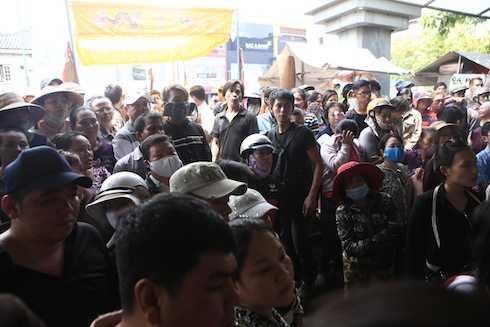 Rất nhiều người dân hiếu kỳ đã tụ tập xem đám tang.