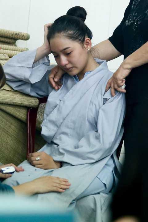 Lồng trên tay chiếc nhẫn cưới được vài tháng ngắn ngủi, Kiều Oanh đã phải để tang chồng.