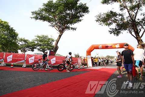 Các vận động viên bắt đầu vào chặng thi đua xe đạp