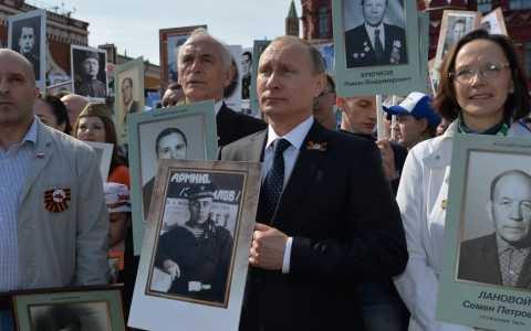 Tổng thống Nga Putin tham gia lễ diễu hành cùng Trung đoàn Bất tử (Ảnh Sputnik News)