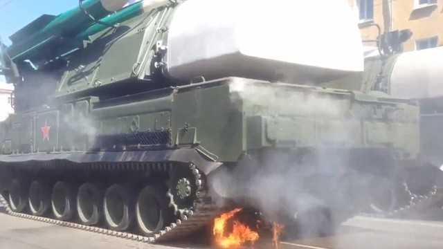 Xe tăng chở hệ thống tên lửa BUK bốc cháy. Ảnh: AP