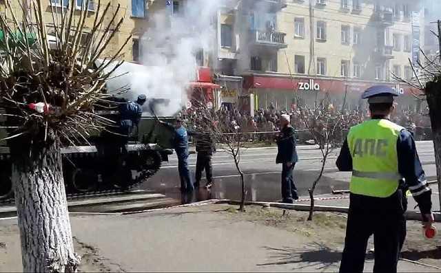 Sau khi lửa tắt, một chiếc xe quân sự khác đã được huy động để kéo xe tăng gặp sự cố ra khỏi khuôn viên cuộc duyệt binh.