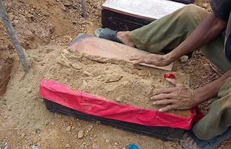 Một ngôi mộ còn sót lại được người dân quy tập, an táng. Ảnh: N.DÂN