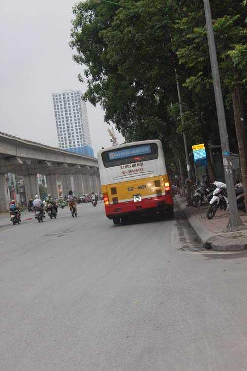 Tuyến xe buýt 02 lưu thông theo hướng Bến xe              Yên Nghĩa – Hà Đông - Bác Cổ trên đường Nguyễn Trãi, đoạn đối diện              trường Đại học KHXH& NV Hà Nội thường xuyên xuất hiện xe buýt chạy              nghiêng ngả.