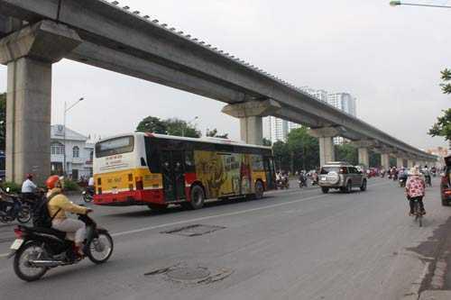 Một chiếc xe buýt 02 khác chạy theo hướng Bến xe Yên Nghĩa – Hà Đông cũng chạy nghiêng mặt đường.