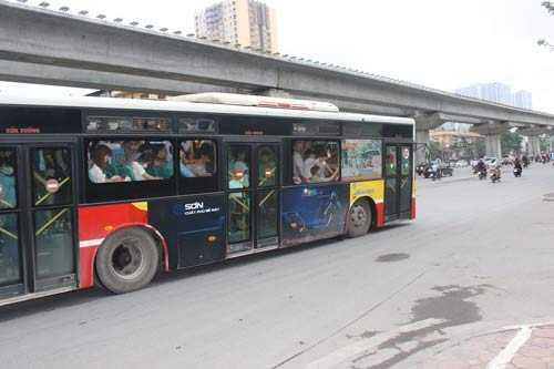 Gầm xe sát mặt đường. Ảnh chụp chiếc xe buýt 02 trên đường Nguyễn Trãi (quận Thanh Xuân) sáng 11.5.