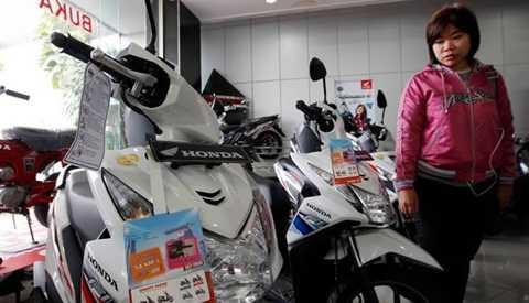 Xe máy Honda được bày bán trong một cửa hàng tại Indonesia - Ảnh: FT