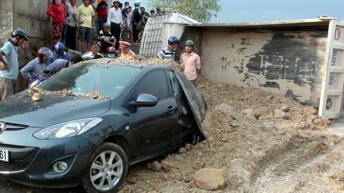 Đất đổ lên ôtô 4 chỗ. Ảnh: Hoàng Trường