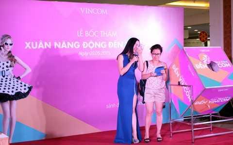 MC đang thực hiện cuộc điện thoại ngẫu nhiên thông báo trúng thưởng cho khách hàng Nguyễn Thị Sofia- Khu vực Hà Nội